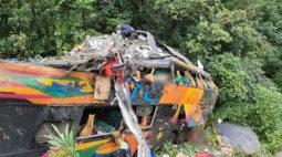 """Três passageiros do ônibus que tombou na BR-376 desembarcaram em Curitiba: """"Livramento de Deus"""""""