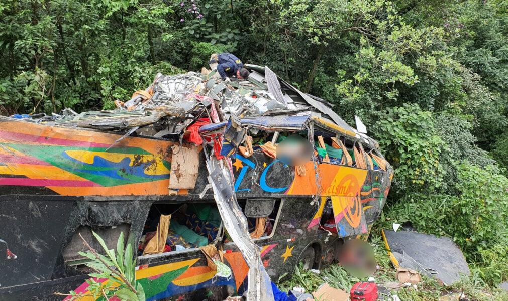 Corpo de Bombeiros confirma 19 mortes no acidente com ônibus em Guaratuba