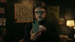 Weezer aborda vício em tecnologias em novo clipe