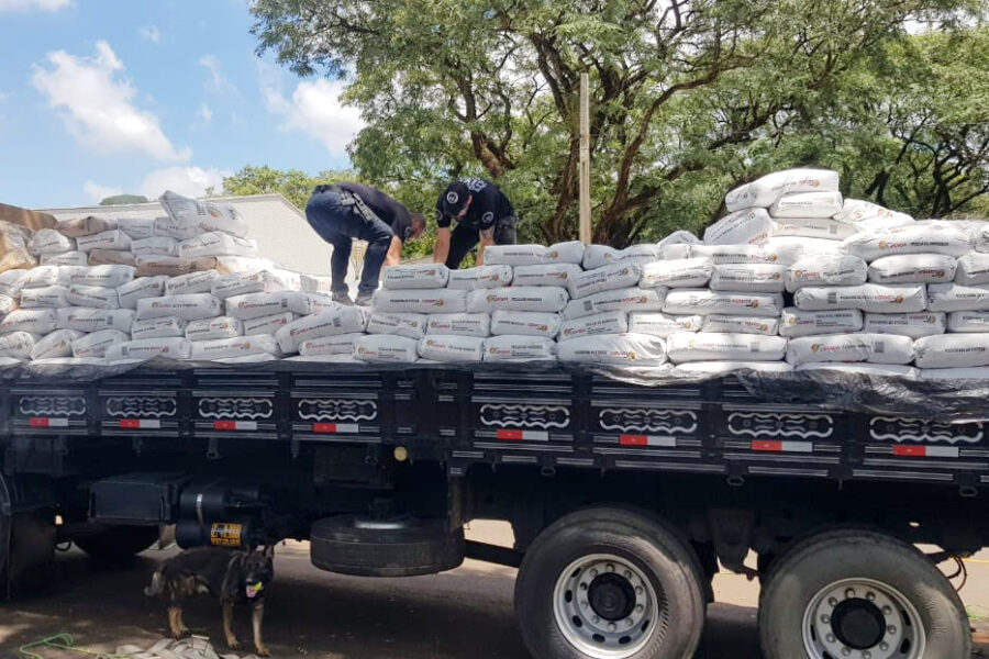 Homem é preso com mais de 3 toneladas de maconha em caminhão; carga estava escondida