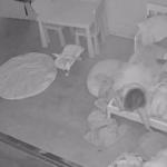 Câmera flagra criança sendo puxada para baixo da cama enquanto está sozinha no quarto