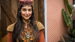 Laura Kuczynski publica tutorial de maquiagem de sua personagem