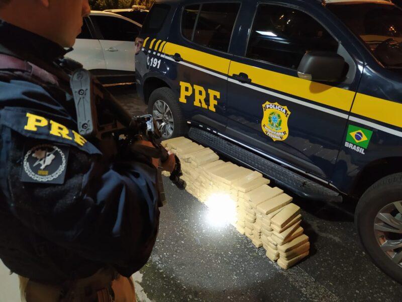 Dupla é presa com mais de 100 quilos de maconha em carro roubado e com placas falsas
