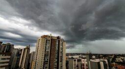 Litoral e RMC terão muita chuva até domingo. Assista a previsão