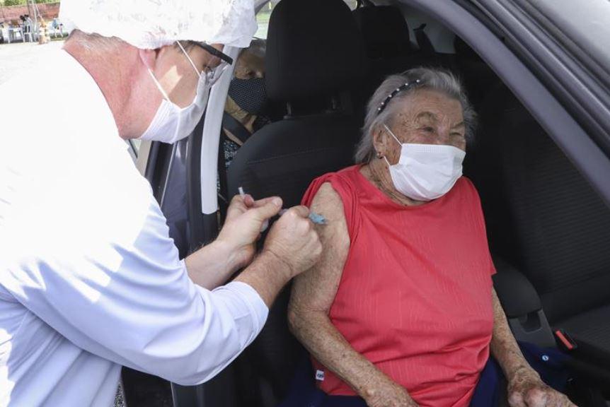 Curitiba vacina idosos de 88 anos na terça-feira (16); veja o cronograma