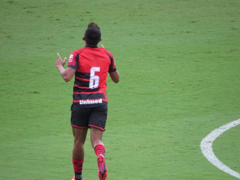 Igor Cariús comemora primeiro gol pelo Atlético-GO