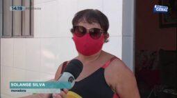 Ataques de gaviões: mulher protege cabeça com balde para entrar em casa
