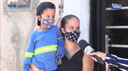 """Conheça o Gustavo: menino que admira e """"ajuda"""" os coletores de lixo em Ibiporã"""