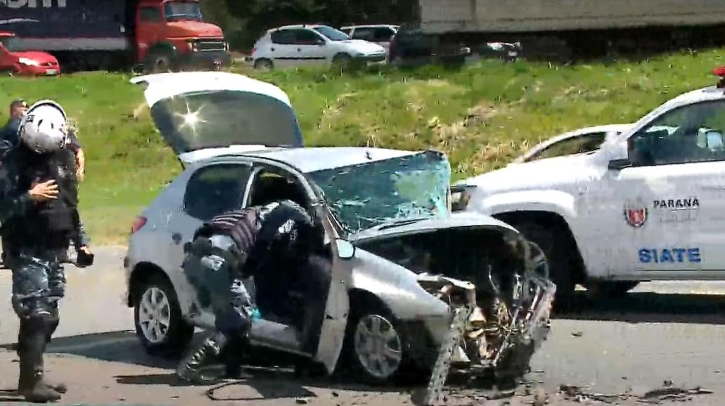 Acidente grave deixa três feridos; carros ficaram completamente destruídos
