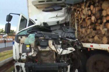 Carroceria carregada de eucalipto desprende de caminhão, invade pista contrária e deixa três feridos na BR-277