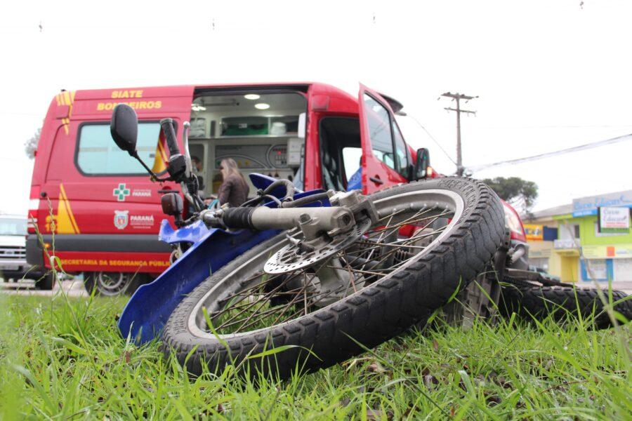 Motociclista colide contra poste no bairro Batel, em Curitiba