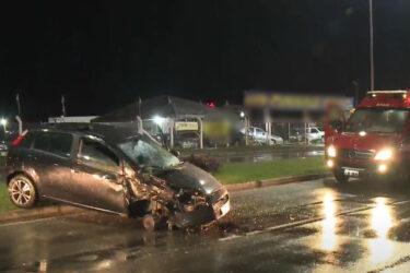 Jovem é ejetado de veículo após acidente em Pinhais