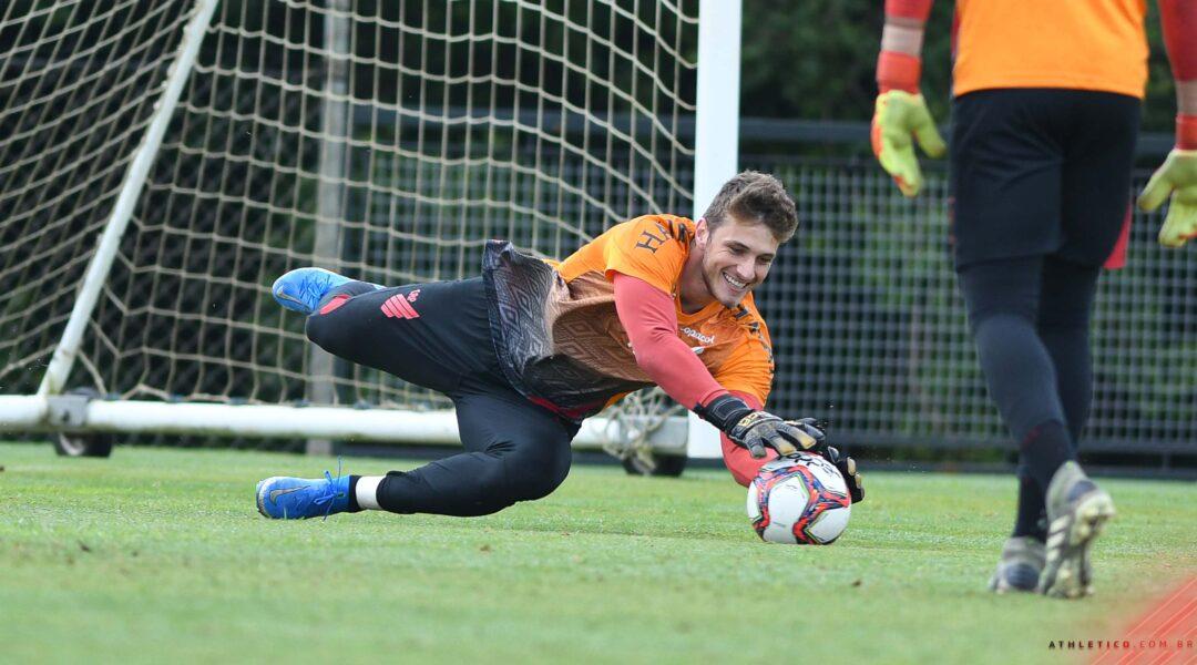 Athletico renova o contrato do goleiro Bento até 2024