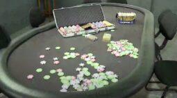 Polícia estoura bingo clandestino em Pinhais. Local fechado tinha idosos e ninguém usava máscara