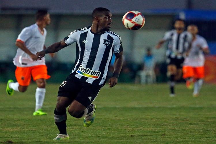 Botafogo vira nos acréscimos e encosta no G-4