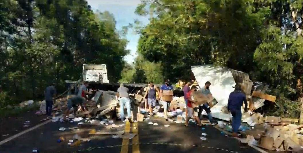Duas pessoas ficam feridas após colisão entre dois caminhões na PR-445