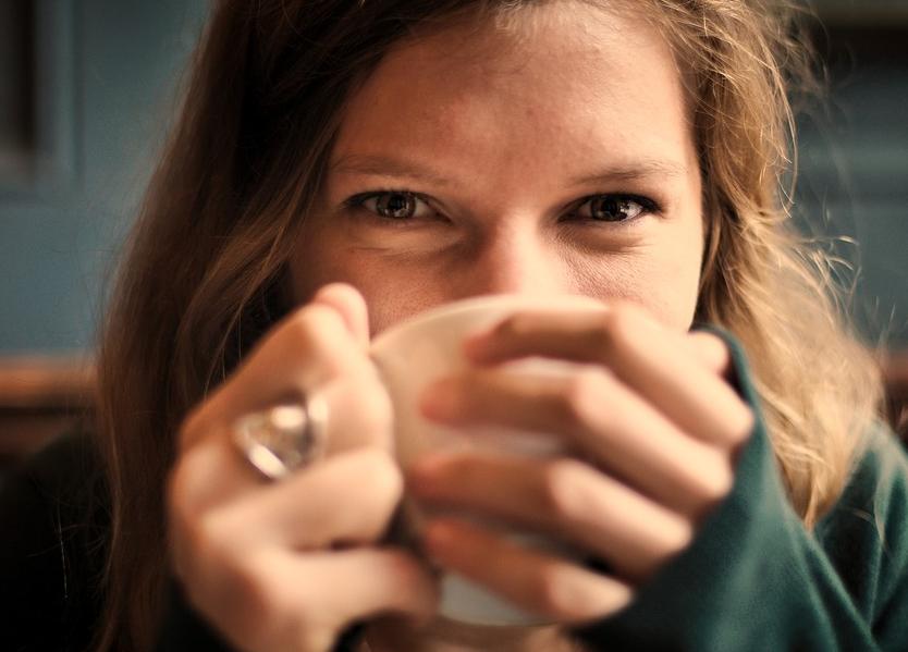 Mulher é demitida por cantarolar enquanto prepara chá no trabalho