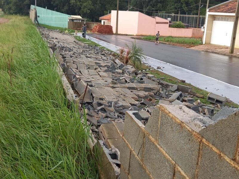 Ventania faz estragos em Fazenda Rio Grande nesta segunda-feira