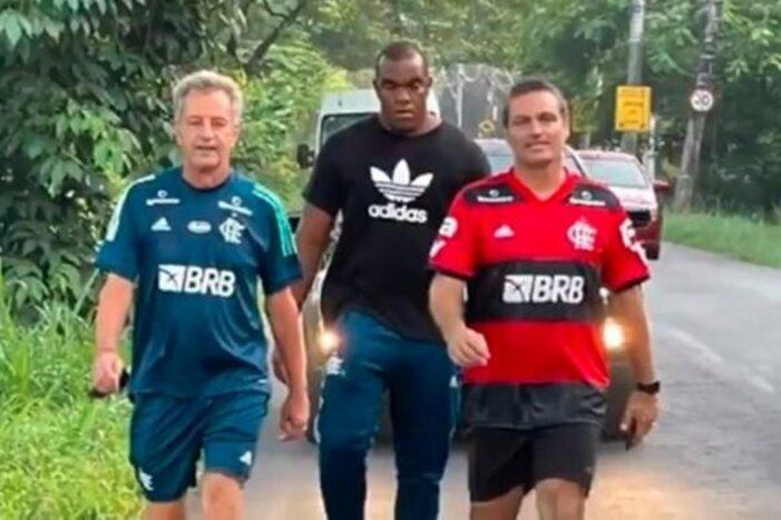 Dirigentes pagam promessa após título brasileiro do Flamengo
