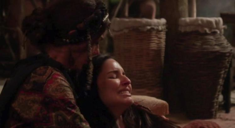Aya tenta salvar o bebê de Danina