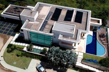 Veja a mansão de R$ 6 milhões comprada por Flávio Bolsonaro. 'Ele que se explique', dizem os militares