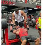 Vídeo mostra momento em que o músculo peitoral do fisiculturista se rasga na academia