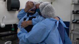 """""""Na hora da intubação vamos de mãos dadas com eles, mas geralmente voltamos sozinhos"""", diz fisioterapeuta"""