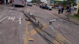 Motorista de ônibus se perde em curva e derruba poste; pista foi bloqueada
