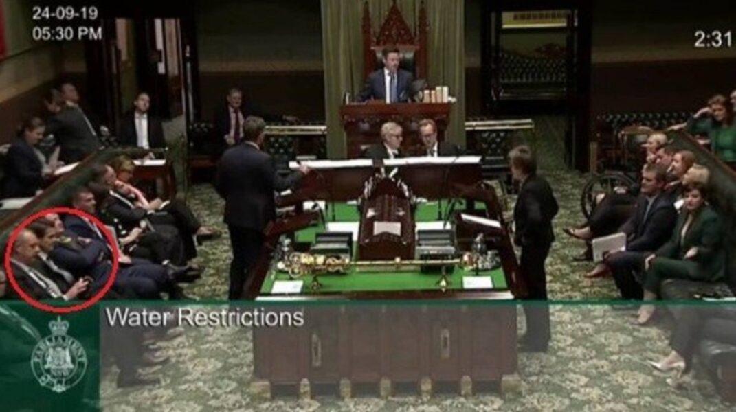 Parlamentar renuncia após contratar garota de programa durante sessão legislativa