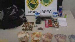Seis dias após sair da prisão, homem é preso roubando energético e doces em farmácia de Curitiba
