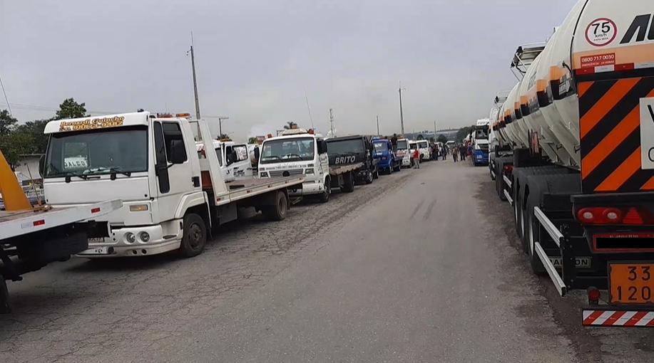 No Paraná, caminhoneiros protestam contra aumento do diesel