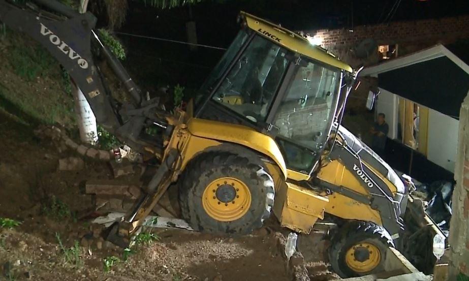 Trator invade casa em Campo Magro, assista ao momento do acidente