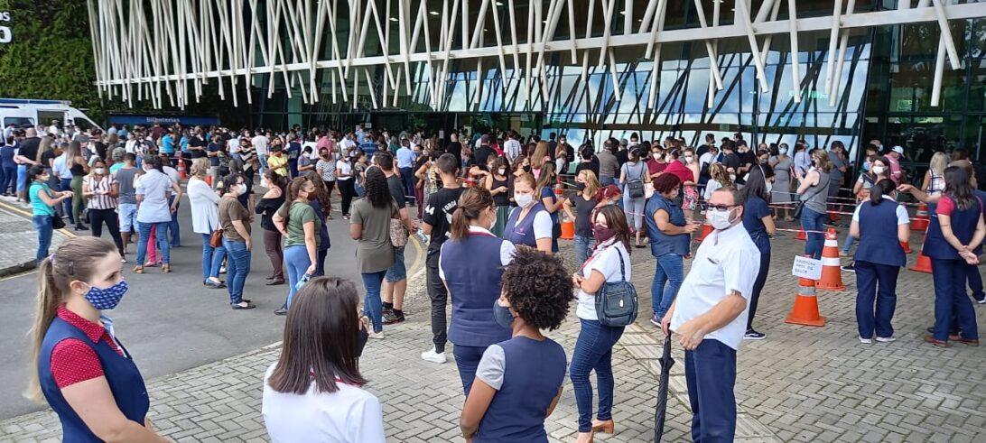 Curitibanos chegam a ficar mais de 3 horas na fila para vacinação