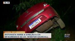 Motorista perde a direção e cai em barranco na Av. Winston Churchill