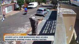 Jovem luta com bandidos mas acaba perdendo iPhone para assaltantes
