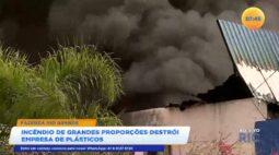 Incêndio de grandes proporções destrói empresa de plásticos