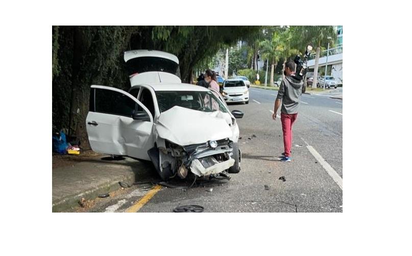 """""""Só vi uma bola de fogo"""", diz moradora sobre acidente na Av. Monsenhor Ivo Zanlorenzi"""
