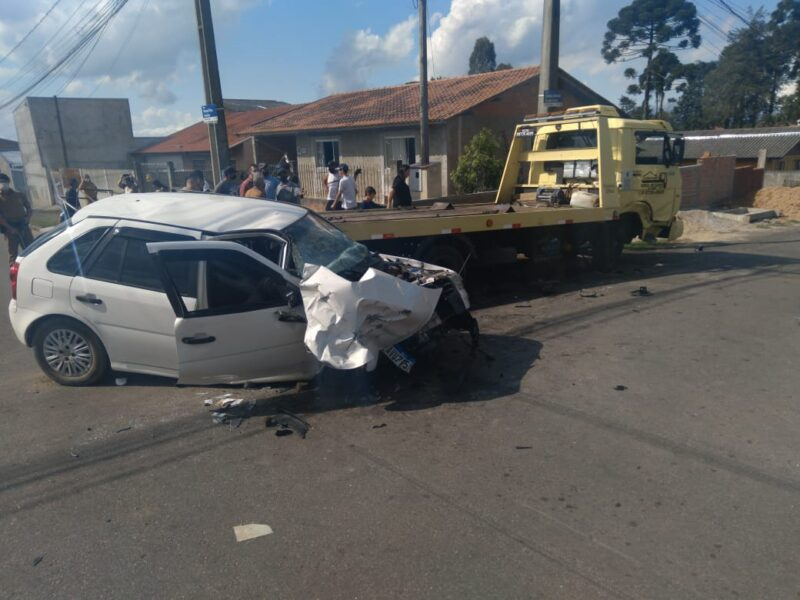 Três pessoas ficam feridas em acidente entre carro e guincho na Grande Curitiba
