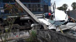 Caminhonete fica irreconhecível em acidente com trem em Morretes