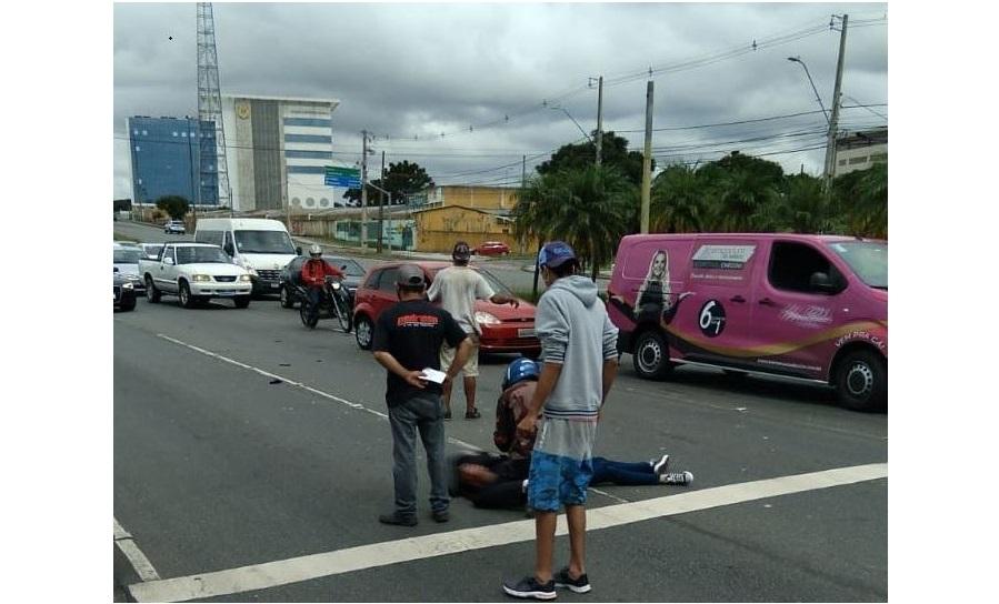 Jovem fica em estado grave ao ser atropelada por caminhão na Av. Comendador Franco