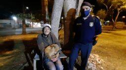 """Morador de rua esfaqueado reencontra cachorrinha: """"a Bolinha é tudo pra mim"""""""
