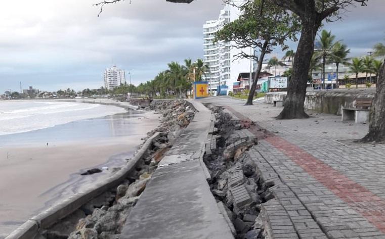 Parte do Calçadão de Guaratuba é destruído pelo avanço do mar
