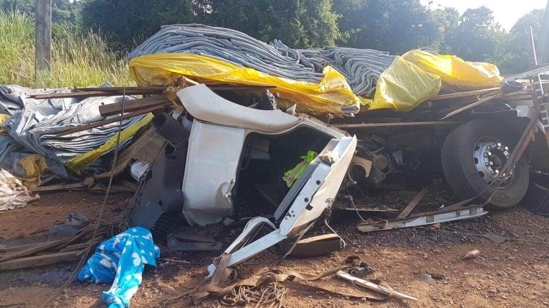 Cabine de caminhão fica destruída em acidente na PR-317 em Toledo