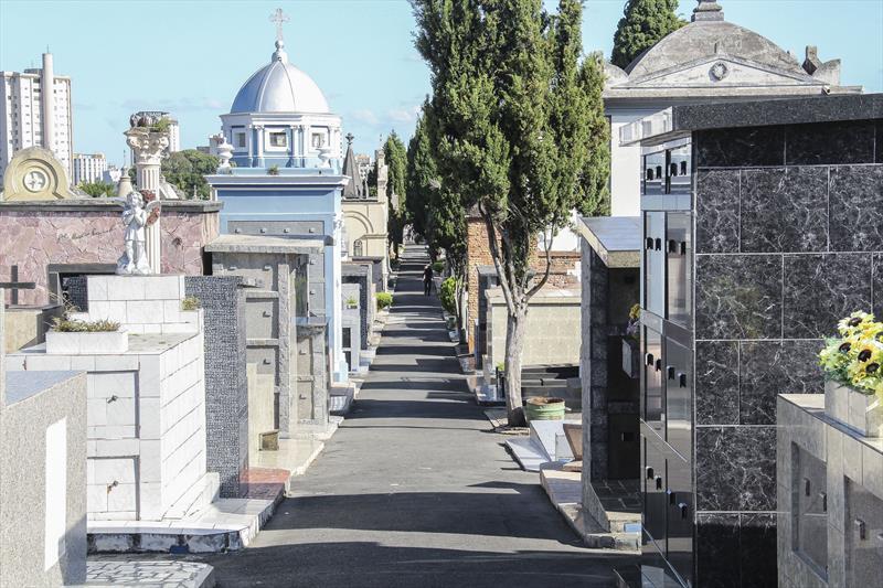 Cemitérios municipais reabrem para visitação na bandeira laranja
