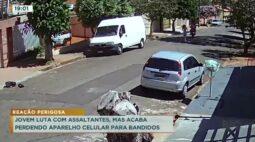 Jovem luta com assaltantes, mas acaba perdendo aparelho celular para bandidos