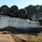 Caminhão tomba e causa longo congestionamento no Contorno Norte, em Curitiba
