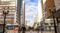 Decreto estende horário de funcionamento do comércio e reduz toque de recolher no Paraná