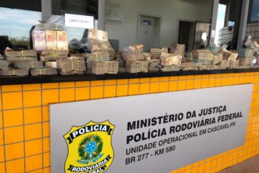 Casal é pego transportando R$ 1 milhão em dinheiro vivo em Cascavel; ele se identificou como policial civil