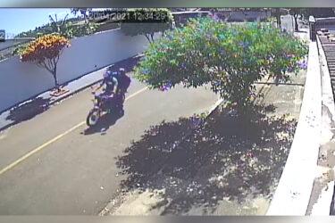 Vídeo: suspeitos de assaltarem idosa podem estar envolvidos em outros crimes em Londrina
