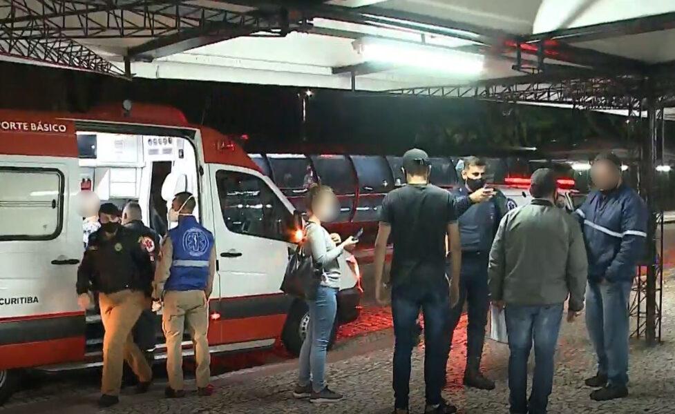 Idoso esfaqueia dois jovens dentro de ônibus em Curitiba